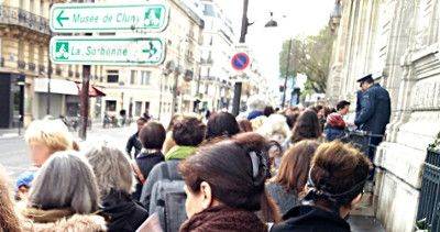 Attente devant l'entrée de l'amphi de la Sorbonne
